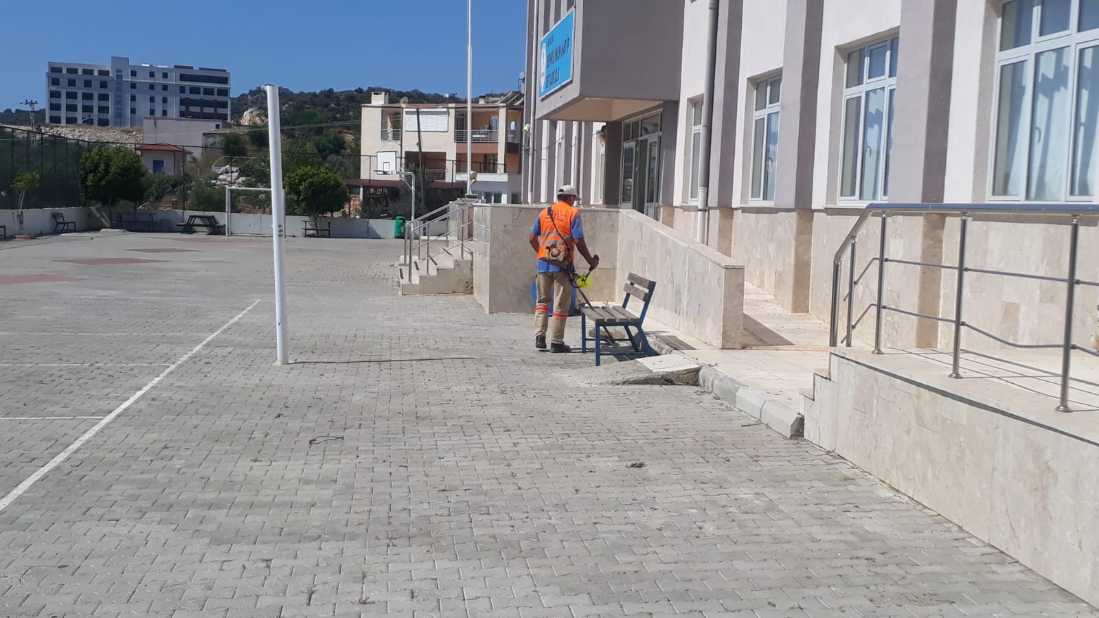 Demre'de LGS öncesi  okullarda bahçe temizliği
