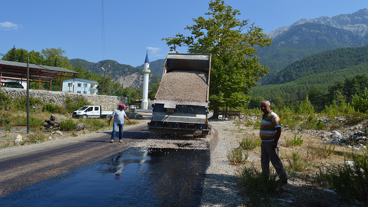 Serik'in altı mahallesini birleştiren  grup yolu sathi asfaltla kaplanıyor