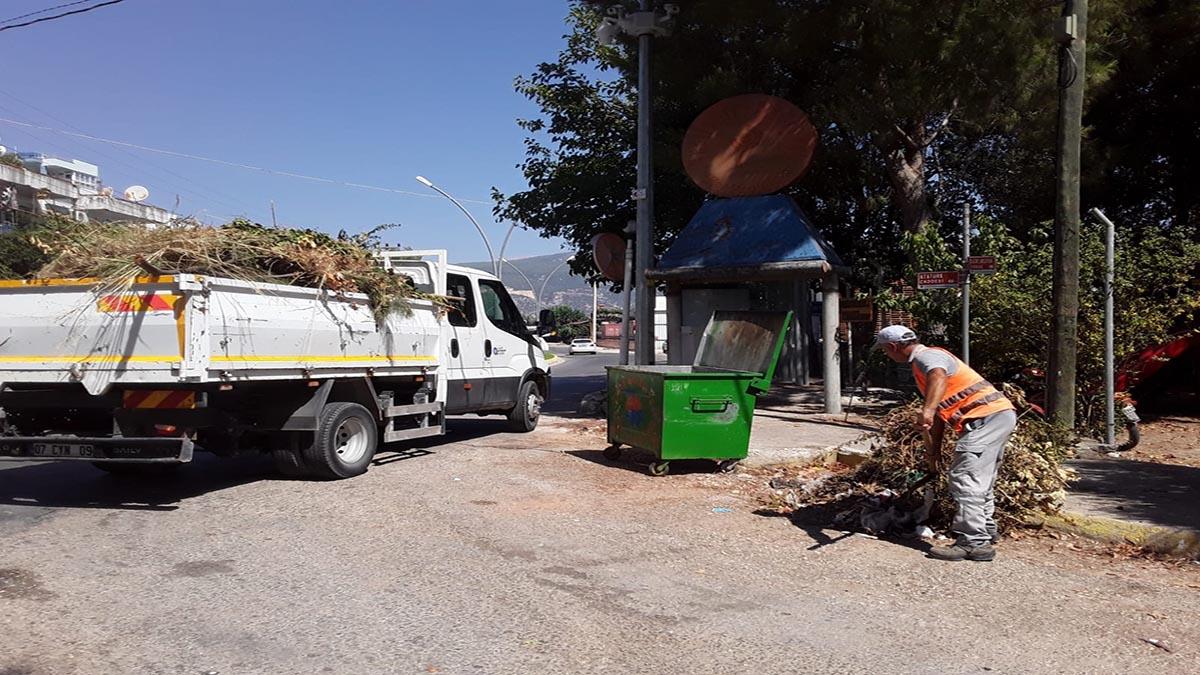 Finike'de ana caddeler temizleniyor